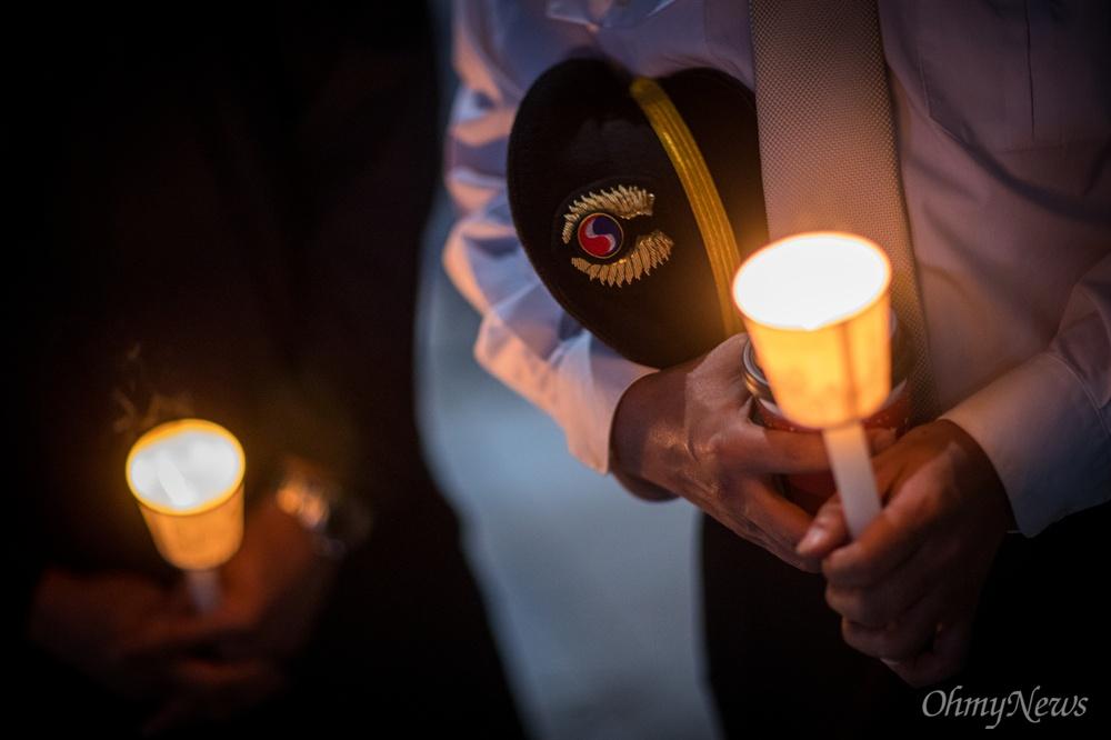25일 오후 서울 종로구 보신각 앞에서 대한항공직원연대 4차 촛불집회에 참석한 조종사가 촛불을 들고 있다.
