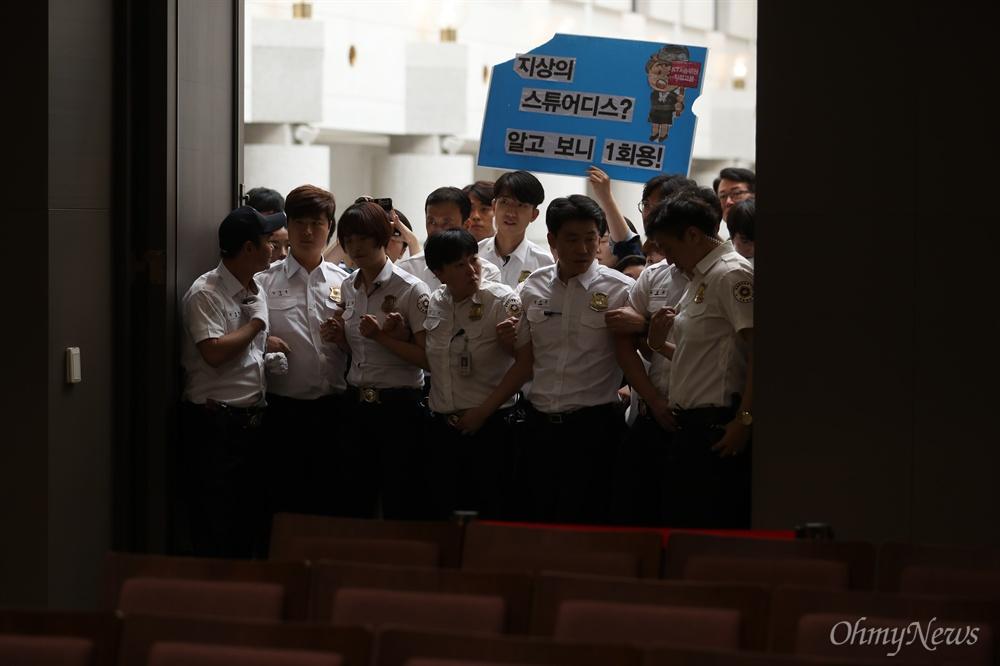 양승태 전 대법원장 체제에서 법원행정처가 대법원 판결에 개입했다는 의혹이 제기된 가운데 29일 오전 KTX 해고 승무원들이 김명수 대법원장 면담을 요청하며 서울 서초구 대법원에 진입해 농성을 시작했다.