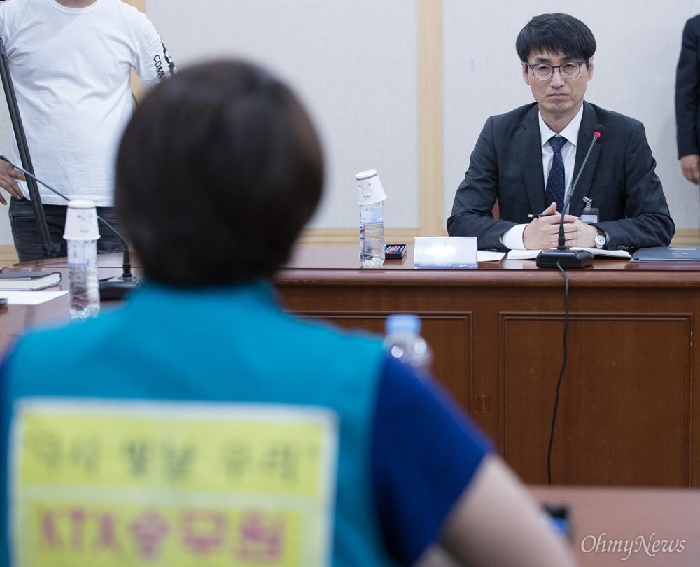 KTX 해고 승무원들이 30일 오후 서울 서초구 대법원에서 김환수 대법원장 비서실장과 면담을 하고 있다.