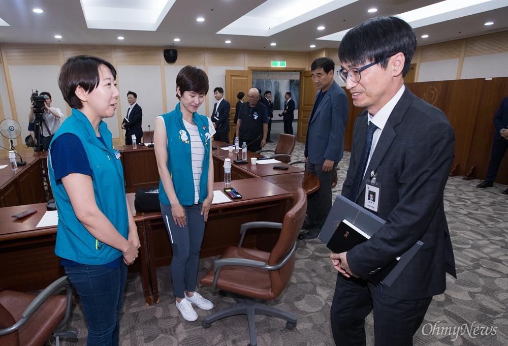 KTX 해고 승무원들이 30일 오후 서울 서초구 대법원에서 김환수 대법원장 비서실장과 면담에 앞서 인사를 하고 있다.