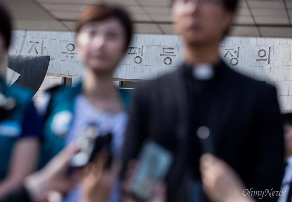 KTX해고승무원들이 30일 오후 서울 서초구 대법원 앞에서 대법원장 비서실장과 면담을 마치고 입장을 밝히고 있다.