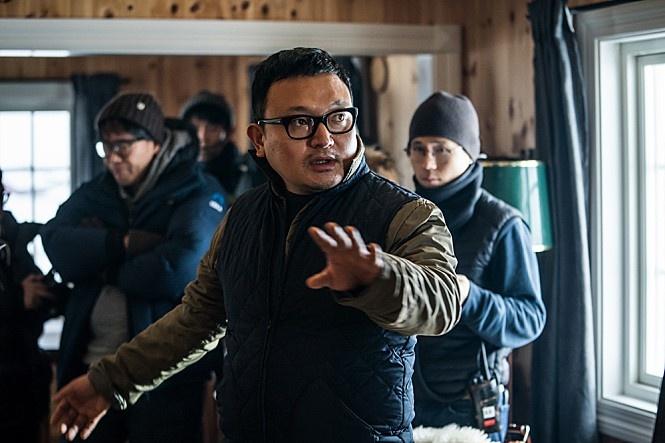 """노르웨이에서 디렉팅을 하고 있는 이해영 감독의 모습. """"마지막 로케이션 촬영은 원래 노르웨이가 아닌 동남아시아로 가려고 했다. 그런데 락이 땀 흘리는 모습이 너무 이상할 것 같더라. 무엇보다 준열이가 땀 흘리는 걸 보고 싶지 않았다."""""""