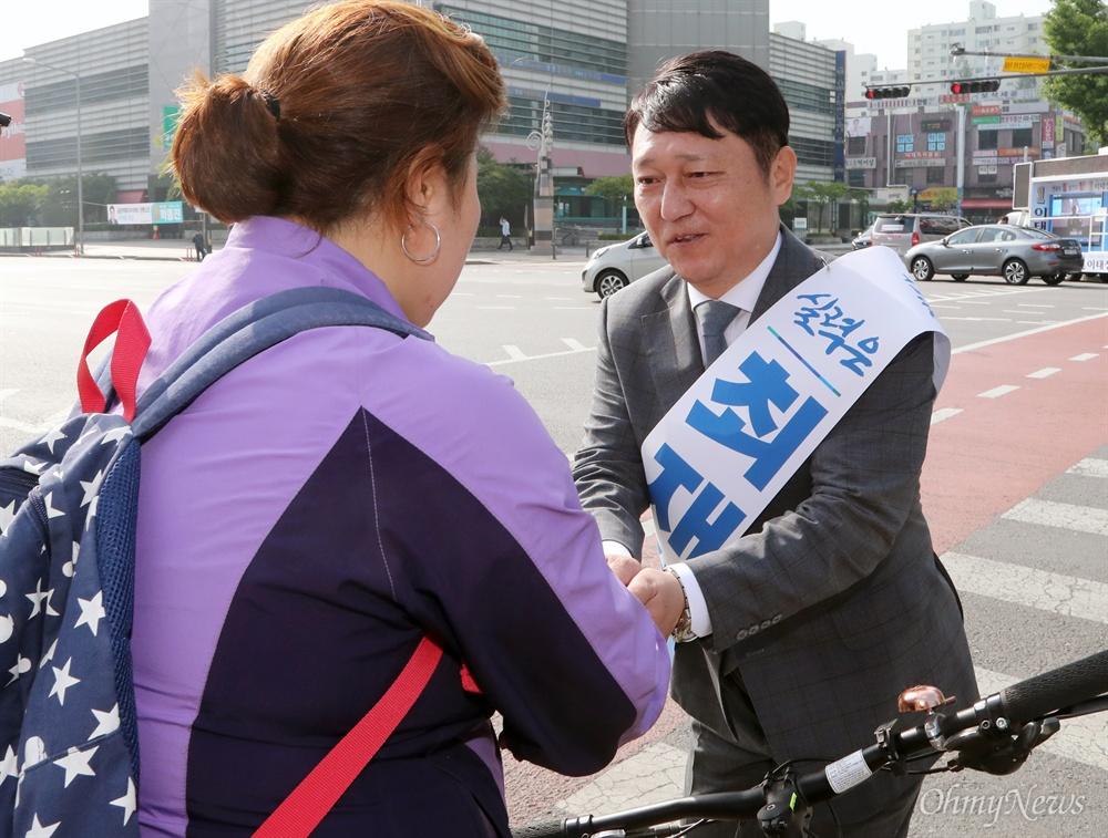인사하는 최재성 후보 서울 송파을 국회의원 재보궐 선거에 출마한 더불어민주당 최재성 후보가 공식 선거운동 개시일인 31일 가락시장역 인근에서 출근하는 시민들과 인사하고 있다.
