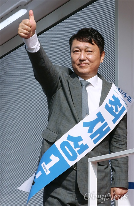 지지 당부하는 최재성 후보 서울 송파을 국회의원 재보궐 선거에 출마한 더불어민주당 최재성 후보가 공식 선거운동 개시일인 31일 가락시장역 인근에서 출근하는 시민들을 향해 지지를 호소하고 있다.