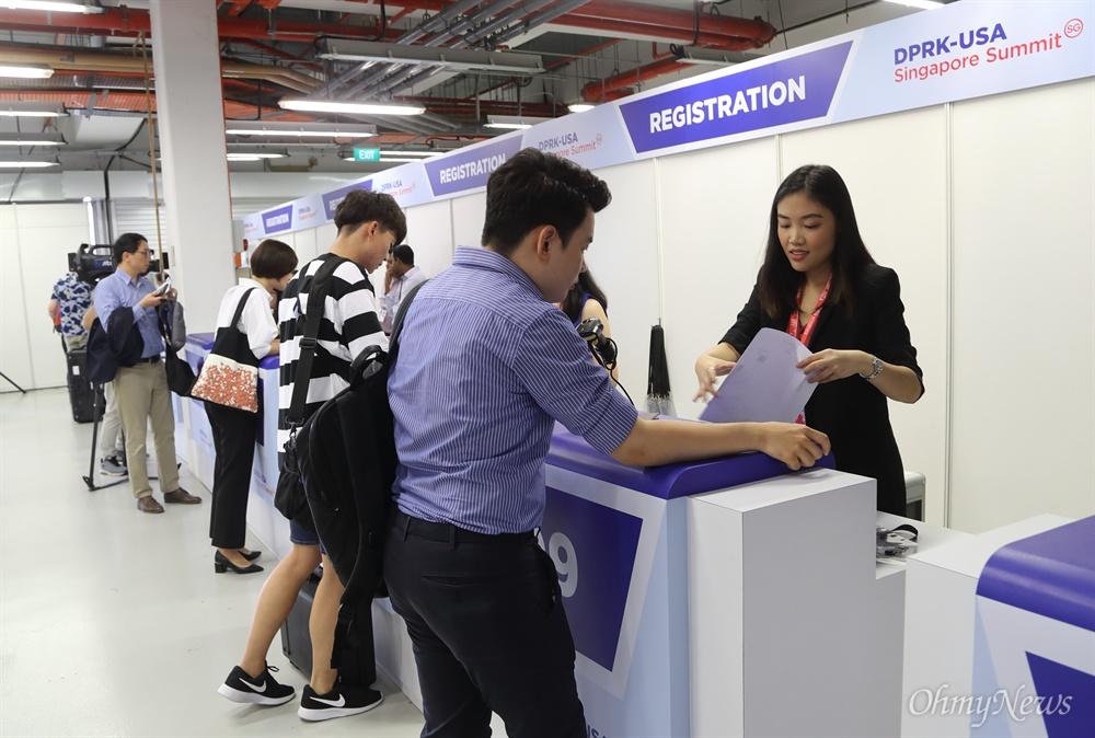 북미정상회담 취재 출입증 교부 받는 취재기자들 사상 첫 북미정상회담을 이틀 앞둔 10일 오전 싱가포르 마리나베이 포뮬러원(F1) 경기장 건물에 마련된 미디어센터에서 사전 등록한 취재기자들이 출입증을 받고 있다.