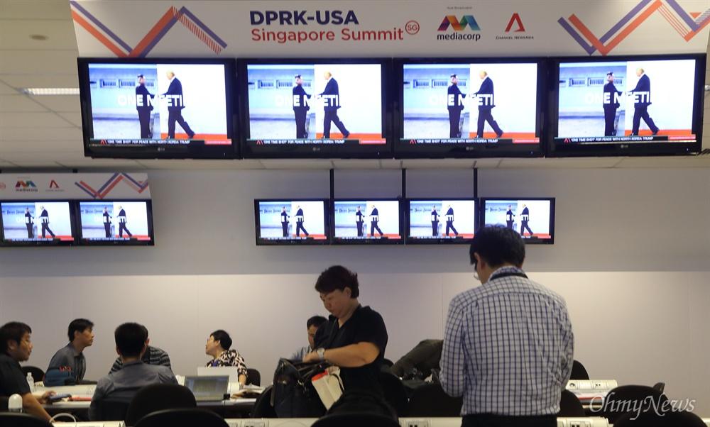 열띤 취재 준비하는 북미정상회담 취재기자들 사상 첫 북미정상회담을 이틀 앞둔 10일 오전 싱가포르 마리나베이 포뮬러원(F1) 경기장 건물에 마련된 미디어센터에서 취재기자들이 열띤 취재를 준비하고 있다.
