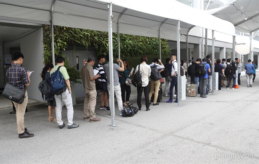 북미정상회담 취재 출입증 교부 받는 취재기자들 사상 첫 북미정상회담을 이틀 앞둔 10일 오전 싱가포르 마리나베이 포뮬러원(F1) 경기장 건물에 마련된 미디어센터에서 사전 등록한 취재기자들이 출입증을 받기 위해 줄을 서서 기다리고 있다.
