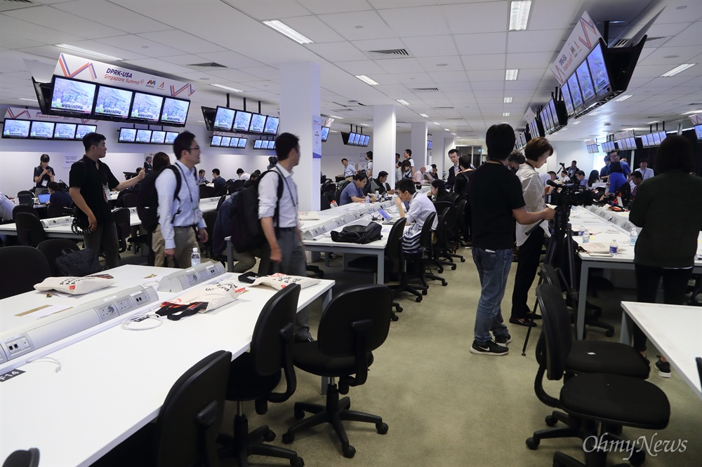 북미정상회담 취재 열기 사상 첫 북미정상회담을 이틀 앞둔 10일 오전 싱가포르 마리나베이 포뮬러원(F1) 경기장 건물에 마련된 미디어센터에서 취재기잘들이 열띤 취재를 하고 있다.
