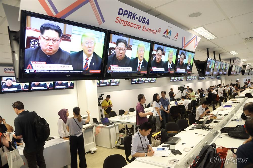 [싱가포르] 북-미 정상회담 취재 열기 사상 첫 북미정상회담을 이틀 앞둔 10일 오전 싱가포르 마리나베이 포뮬러원(F1) 경기장 건물에 마련된 미디어센터에서 수많은 취재기자들이 열띤 취재하고 있다.