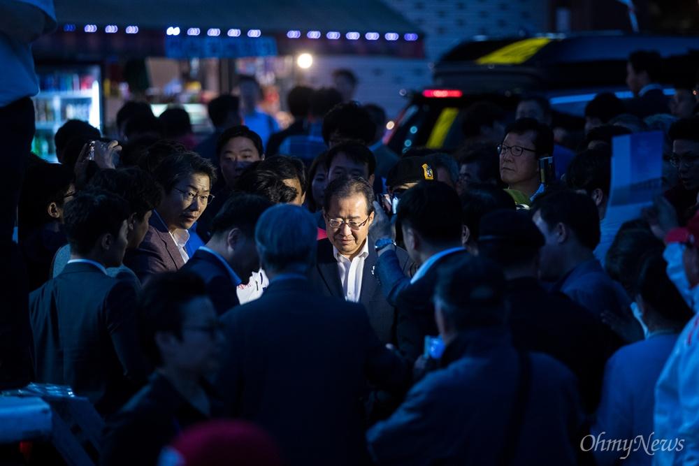 자유한국당 홍준표 대표가 선거를 하루 앞둔 12일 오후 서울 중구 대한문 앞에서 김문수 서울시장 후보 유세장에 들어서고 있다.
