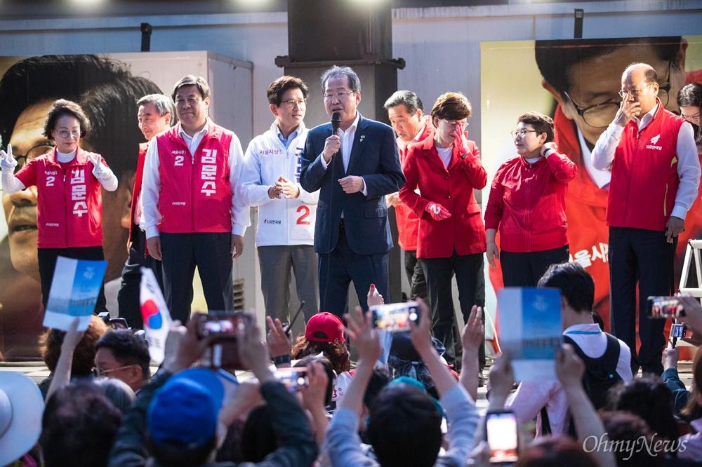 자유한국당 홍준표 대표가 선거를 하루 앞둔 12일 오후 서울 중구 대한문 앞에서 김문수 서울시장 후보 유세에서 지지 발언을 하고 있다.