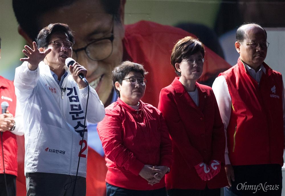 자유한국당 김문수 서울시장 후보가 12일 오후 서울 중구 대한문 앞에서 유세를 펼치고 있다.