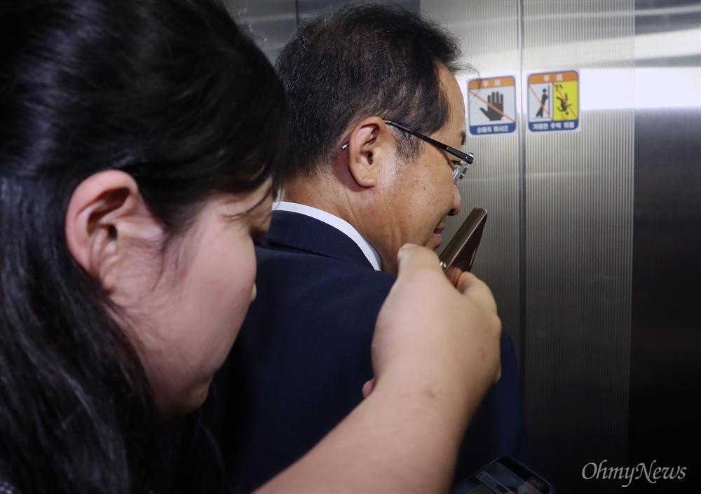 기자 질문 등진 홍준표 홍준표 자유한국당 대표가 6.13 지방선거 참패에 대한 책임을 지고 14일 대표직을 사퇴한다고 밝힌뒤 기자 질문을 뒤로한 채 승강기로 향하고 있다.