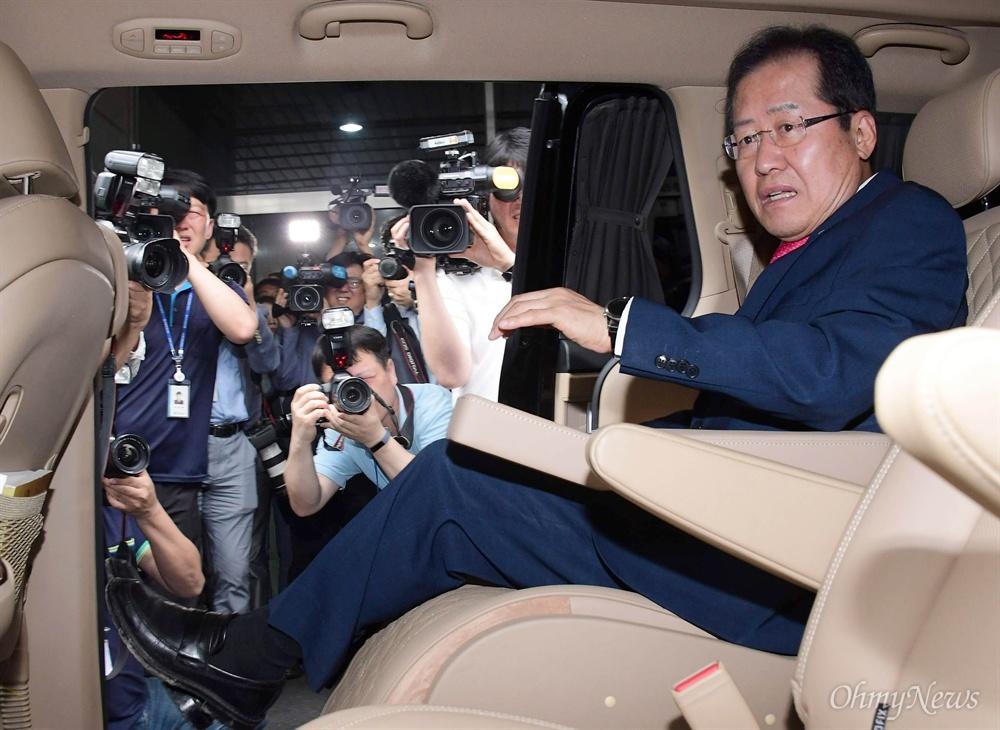 당사 떠나는 홍준표 홍준표 자유한국당 대표가 14일 오후 여의도 당사에서 대표직 사퇴 의사를 밝힌 뒤 당사를 떠나고 있다.