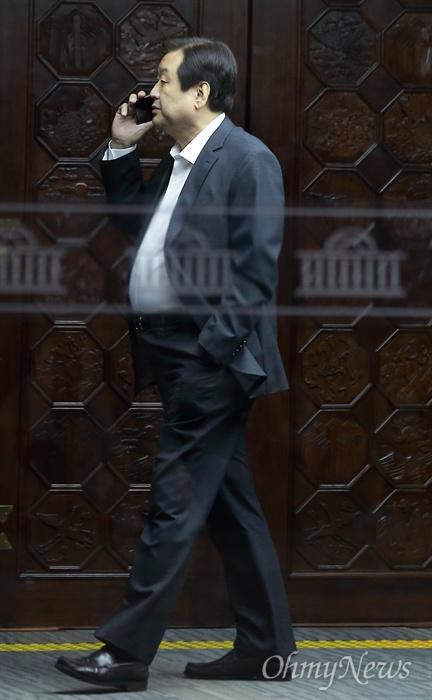 총선 불출마 밝힌 김무성 15일 오후 국회 예결위회의장에서 6.13지방선거 참패에 대한 대책을 논의하기 위해 열린 자유한국당 비상의총에서 김무성 의원(부산 중구영도구)이 2020년 총선 불출마를 밝혔다. 의총 도중 회의장을 나온 김무성 의원이 전화통화를 하고 있다.