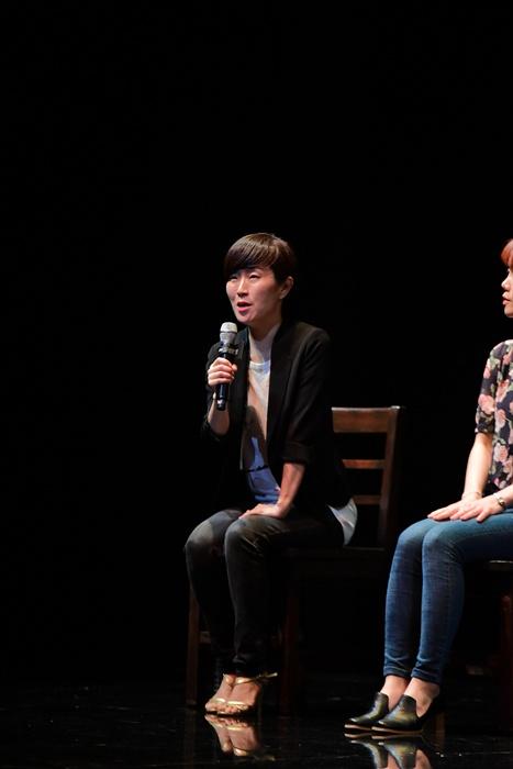 지난 20일 오후 세종문화회관 M씨어터에서 뮤지컬 <번지점프를 하다>의 프레스콜이 열렸다. 김민정 연출이 질의응답에 참여하고 있다.