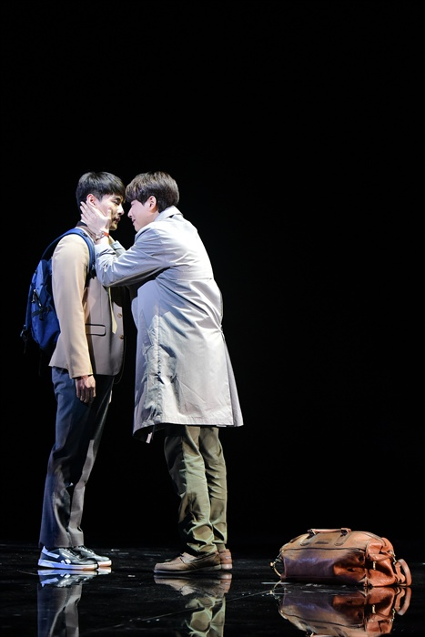 지난 20일 오후 세종문화회관 M씨어터에서 뮤지컬 <번지점프를 하다>의 프레스콜이 열렸다. 배우 최우혁, 이지훈이 하이라이트 장면을 시연하고 있다.