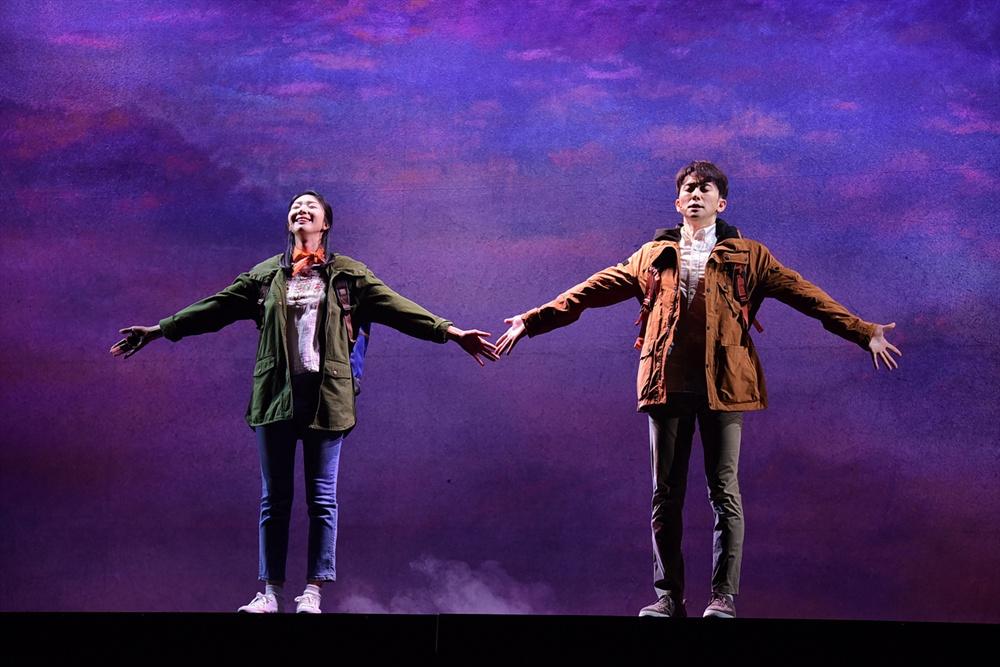 지난 20일 오후 세종문화회관 M씨어터에서 뮤지컬 <번지점프를 하다>의 프레스콜이 열렸다. 배우 김지현, 강필석이 하이라이트 장면을 시연하고 있다.