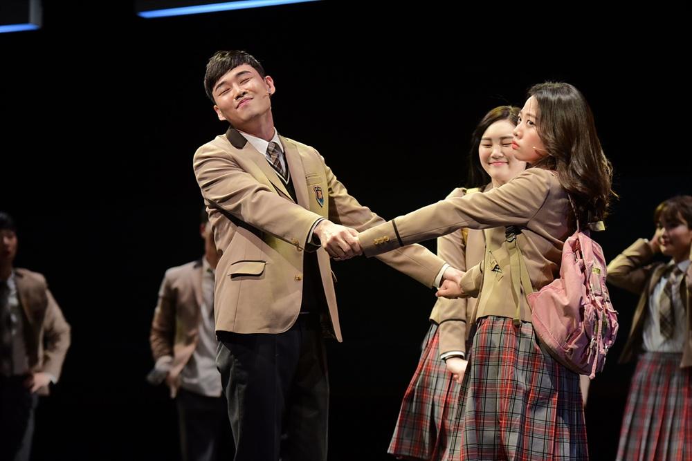 지난 20일 오후 세종문화회관 M씨어터에서 뮤지컬 <번지점프를 하다>의 프레스콜이 열렸다. 배우 이휘종, 이지민이 하이라이트 장면을 시연하고 있다.