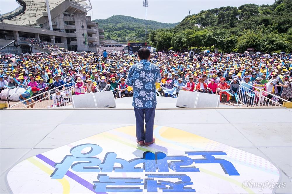 송해의 전국노래자랑 녹화 현장에 인천 미추홀구 주민들이 자리를 가득 메웠다.