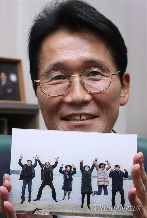 지난해 통영에서 열린 정의당 국회의원 워크숍 당시 여섯 명의 의원이 기념으로 찍은 점프 사진을 윤소하 의원이 들어보이고 있다.