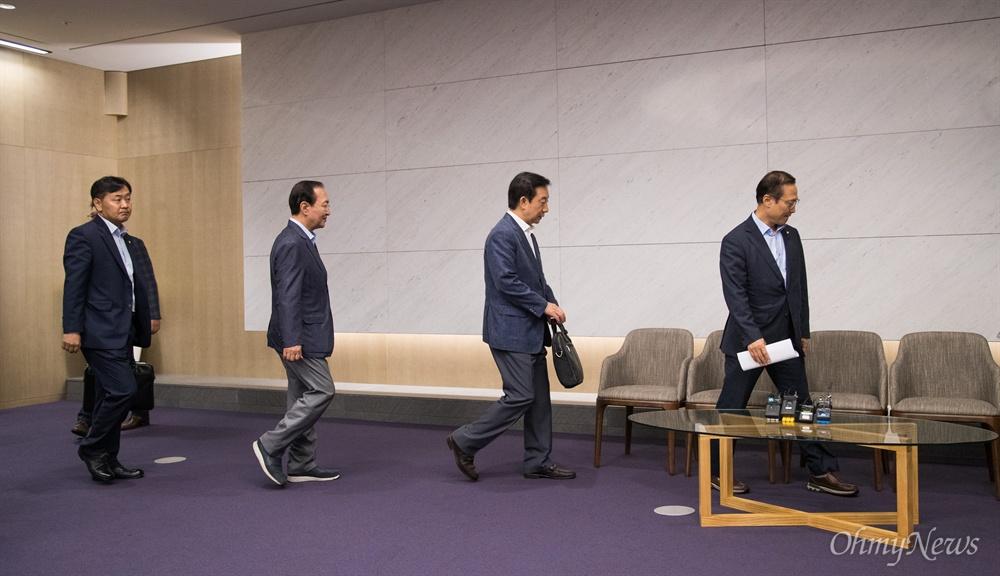 5당 원내대표들이 18일 오전 인천공항제2터미널 귀빈실에서 방미를 앞두고 기자회견을 위해 입장하고 있다.