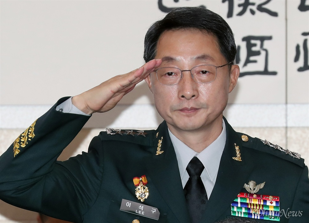 이석구 기무사령관의 거수경례   이석구 국군기무사령관이 20일 서울 여의도 국회에서 열린 법제사법위원회 전체회의에서 거수경례를 하고 있다.