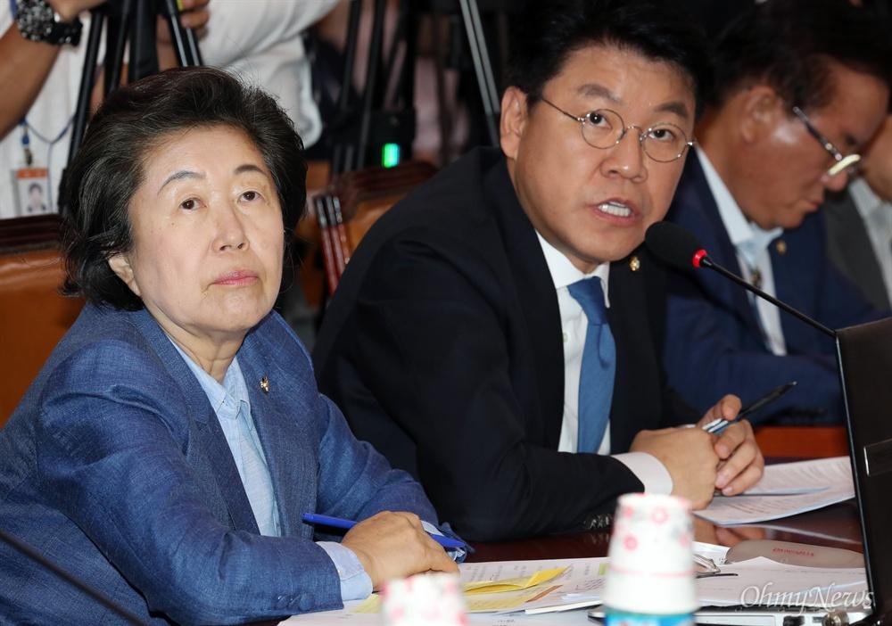 나란히 앉은 이은재-장제원 의원 자유한국당 이은재, 장제원 의원이 20일 서울 여의도 국회에서 열린 법제사법위원회 전체회의에서 질의하고 있다.