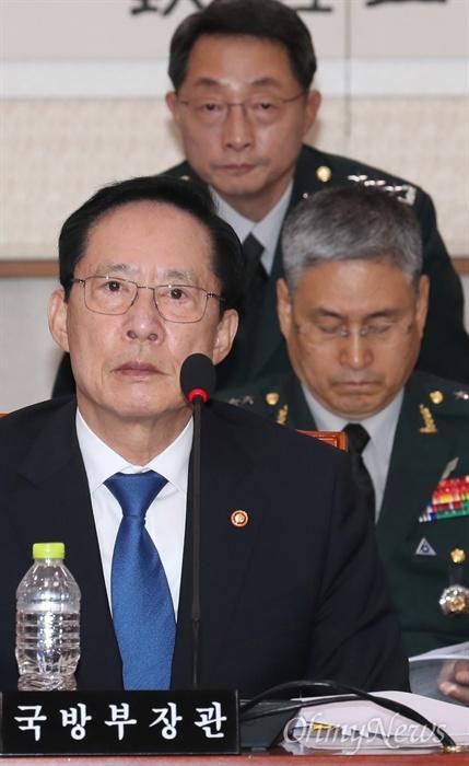 법사위 출석한 국방장관과 기무사령관 송영무 국방부 장관이 20일 오전 서울 여의도 국회에서 열린 법사위 전체회의에 출석해 의원들의 질의를 듣고 있다. 맨 위는 이석구 국군기무사령관.
