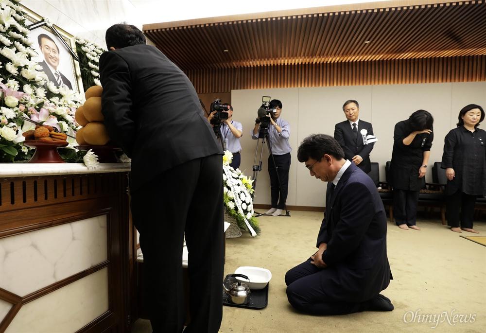 노회찬 빈소 찾은 유시민 작가 유시민 작가가 23일 저녁 노회찬 정의당 원내대표의 빈소가 마련된 서울 서대문구 신촌 세브란스병원 장례식장에서 조문을 하면서 눈물을 흘리고 있다.