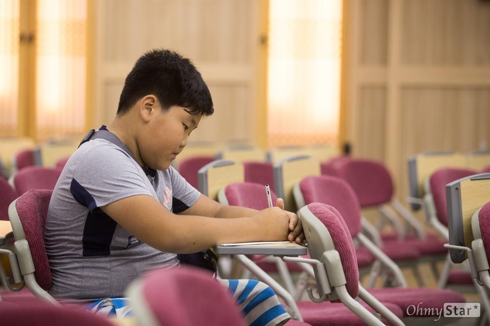 '카우보이6.7'은 활발한 아이들과 반대로 혼자 자리를 잡고 앉아 진지하게 가사를 써내려갔다.
