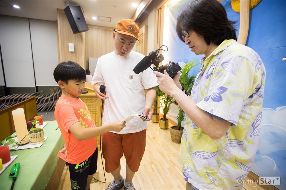 네츠루카가 직접 쓴 가사로 랩을 하는 동한 래퍼 '시원한 형'(가운데)이 비트를 맞춰 부르는 방법을 가르쳐 주고 뮤지션 동시성이 그 모습을 영상으로 담았다.