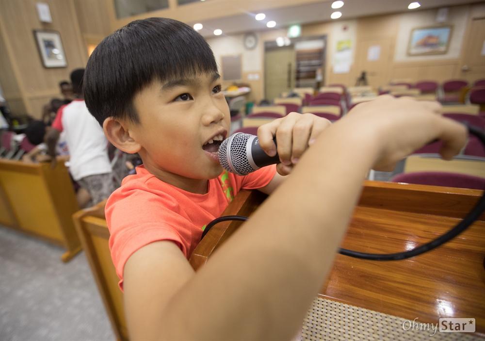 네츠 루카는 자신이 쓴 가사로 랩을 했다. 친구와 놀때는 목소리가 터질듯 큰 목소리지만 랩하는 목소리는 어떨까?