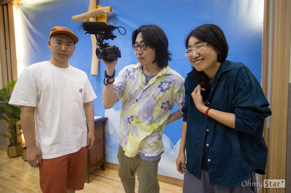 다문화학교 랩교실 <너를 보여줄 RAP>을 가르치고 있는 래퍼 (왼쪽부터) 시원한 형, 뮤지션 동시성과 비선형.