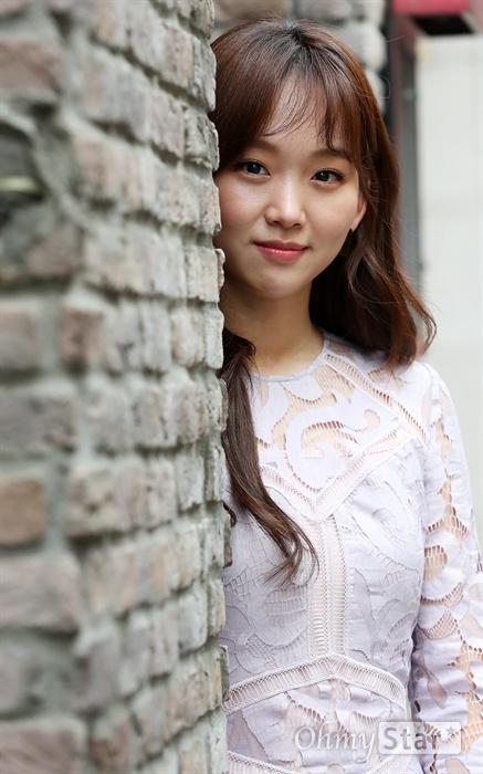 배우 진기주 MBC 수목드라마 <이리와 안아줘>의 배우 진기주가 26일 오전 서울 신사동의 한 카페에서 진행된 인터뷰에 앞서 포즈를 취하고 있다.