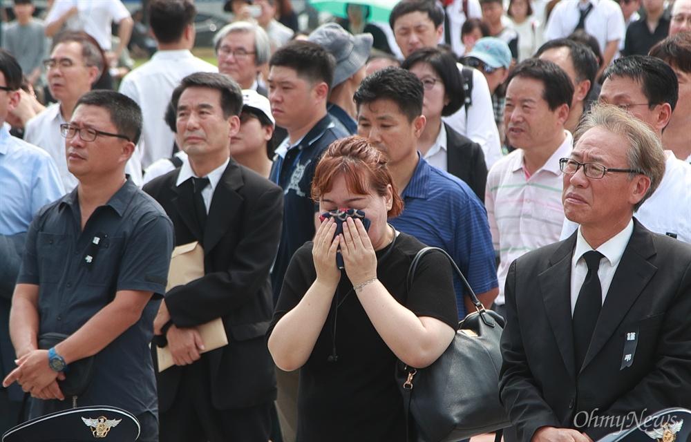 고 노회찬 의원 추모 영상에 눈물 흘리는 시민들 27일 오전 서울 여의도 국회에서 열린 '고 노회찬 국회의원 영결식'에서 참석자들이 고인의 추모영상을 보며 눈물을 흘리고 있다.