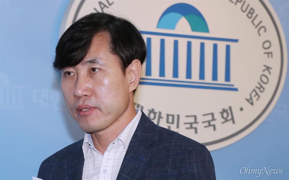 """하태경 """"반공수구 한국당 대체하는 새로운 야당 만들겠다"""" 하태경 바른미래당 의원이 2일 오전 서울 여의도 국회 정론관에서 당대표 출마 선언을 한 뒤 나서고 있다. 하 의원은 이날 """"반공수구보수 자유한국당을 역사의 뒤안길로 밀어내고, 한국정치의 새로운 한 시대를 열어내겠다""""며 """"2020년 총선에서 바른미래당을 제1야당으로 만드는 일에 제 정치생명을 걸겠다""""고 선언했다."""