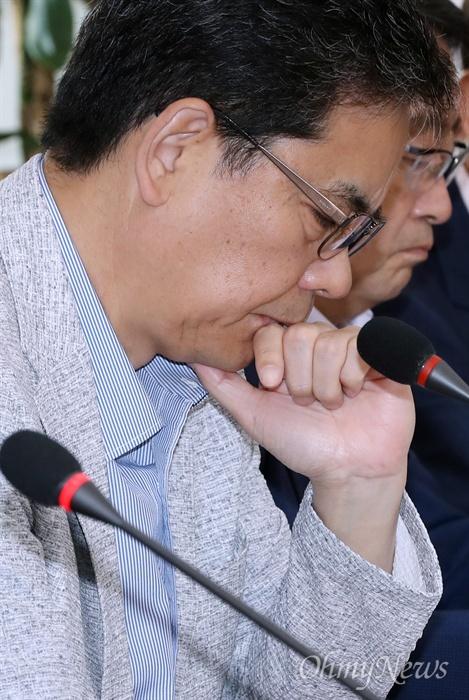 턱 고인 곽상도 의원 자유한국당 곽상도 의원이 3일 오전 서울 여의도 국회 본관에서 열린 원내대책회의에서 김성태 원내대표의 모두발언을 들으며 생각에 잠겨 있다.