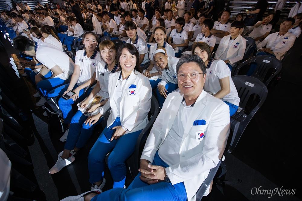 7일 오후 서울 송파구 올림픽공원 핸드볼경기장에서 열린 자카르타-팔렘방 아시안게임 국가대표선수단 결단식에서 여자농구 이문규 감독과 선수들이 참석하고 있다. 북측 선수들은 결단식에 불참했다.