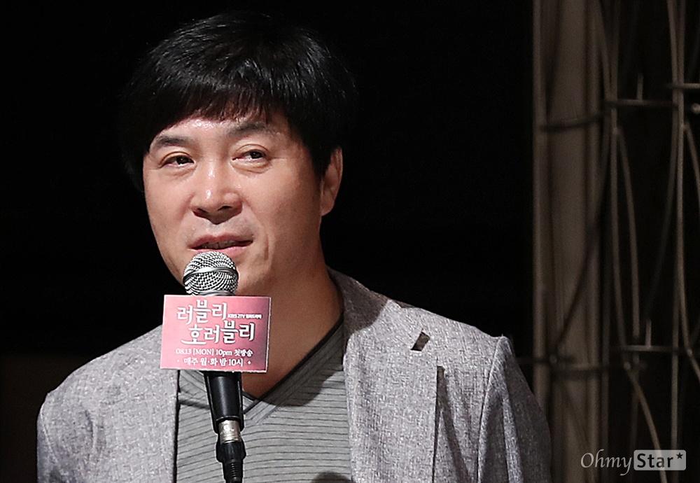 '러블리 호러블리' 배경수 CP 배경수 CP가 9일 오후 서울 영등포의 한 웨딩홀에서 열린 KBS 새 월화드라마 <러블리 호러블리> 제작발표회에서 질문에 답하고 있다. <러블리 호러블리>는 하나의 운명을 나눠 가진 두 남녀가 톱스타와 드라마 작가로 만나면서 일어나는 기이한 일들을 그린 호러맨틱(호러+로맨틱) 코미디 작품이다. 13일 월요일 오후 10시 첫 방송.