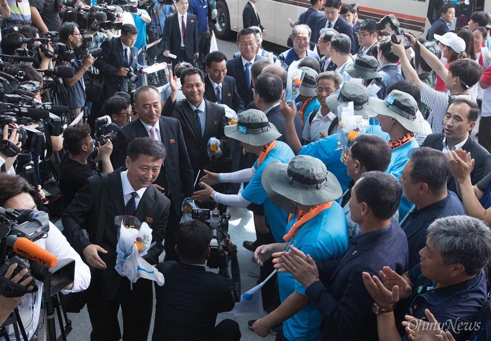 조선직업총동맹 북측 대표단이 10일 오후 서울 광진구 워커힐 호텔에 도착해 양대노총 조합원들의 환영을 받고 있다.