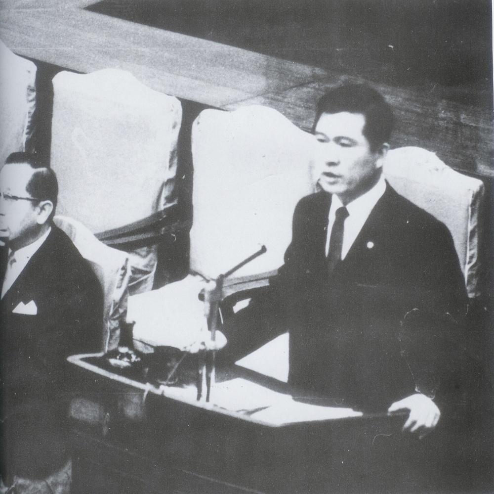 고 김대중 전 대통령. 사진은 6대 국회의원 시절 대정부 발언을 하고 있는 모습.