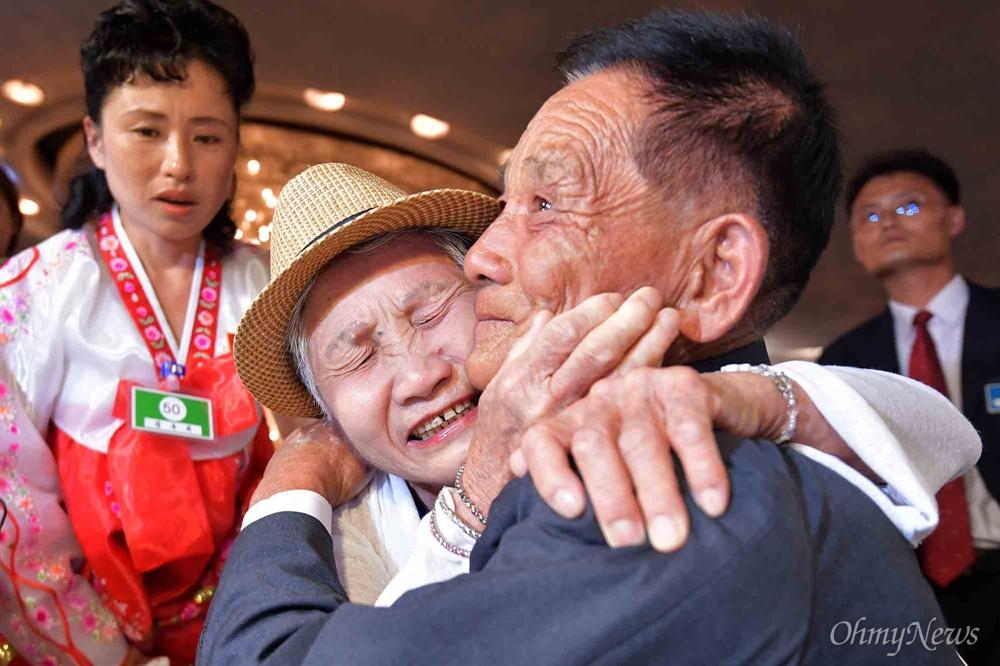 '아들아!' '어머니!' 20일 금강산호텔에서 열린 제21차 남북 이산가족 단체상봉 행사에서 남측 이금섬(92) 할머니가 아들 리상철(71)을 만나 기뻐하고 있다. 왼쪽은 북측 손자며느리 김옥희.