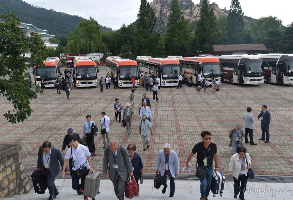 제21차 이산가족상봉행사 1회차 상봉 첫날인 20일 오후 강원도 고성군 금강산호텔에 상봉단이 도착하고 있다.