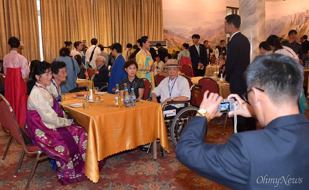 제21차 이산가족상봉행사 1회차 상봉 첫날인 20일 오후 강원도 고성군 금강산호텔에서 65년만에 만난 가족들이 기념사진을 찍고 있다.