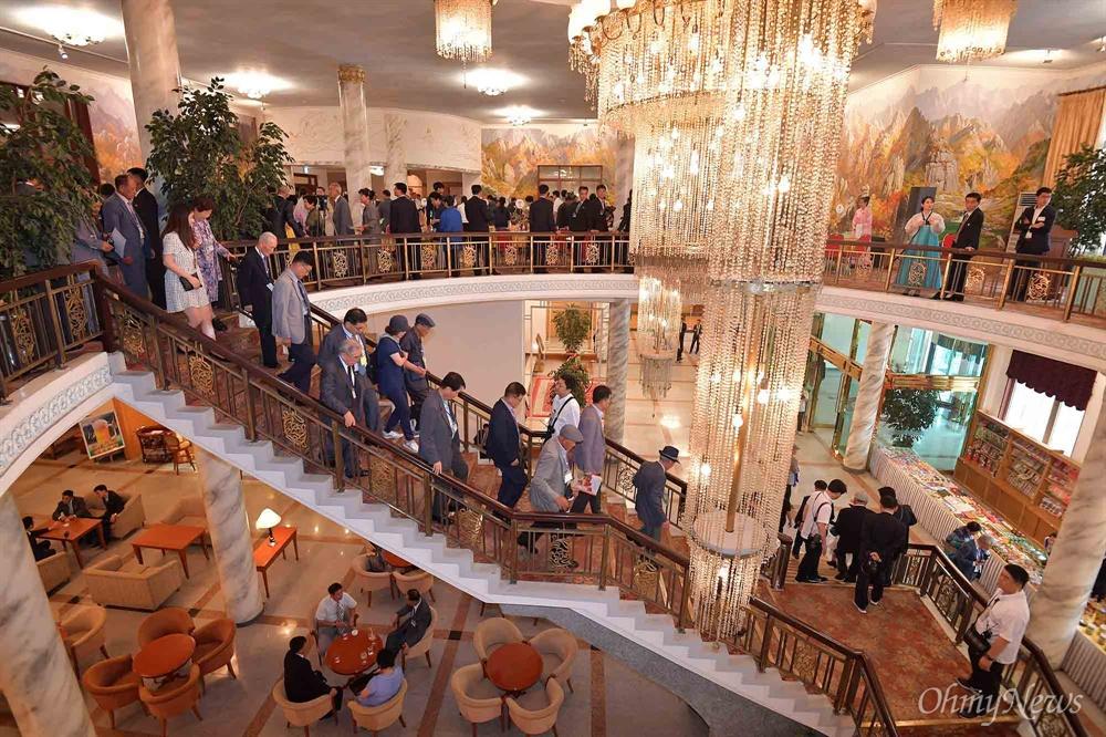 숙소로 돌아가는 남측상봉단 20일 금강산호텔에서 열린 제21차 남북 이산가족 단체상봉 행사를 마친 남측 상봉단이 숙소로 돌아가고 있다.
