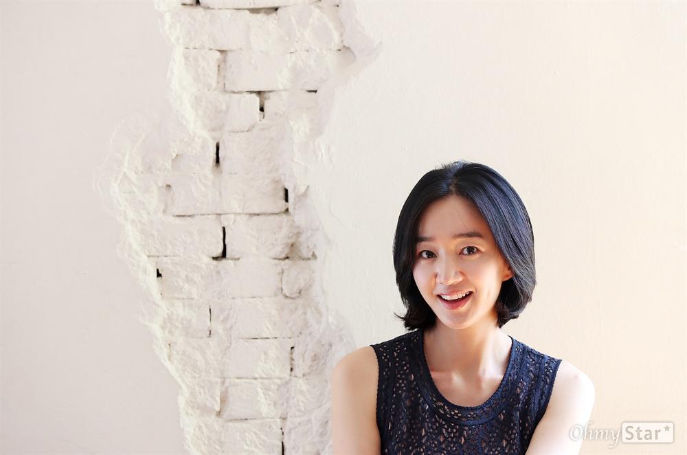 영화 <상류사회> 배우 수애 영화 <상류사회>의 배우 수애가 22일 오전 서울 팔판동의 한 카페에서 진행된 인터뷰에 앞서 포즈를 취하고 있다.