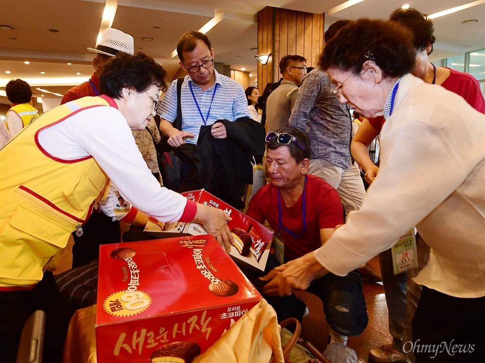 제21차 남북 이산가족 상봉행사 등록날인 23일 강원도 속초 한화리조트에서 이신영(83·오른쪽) 할머니가 북측 오빠 리준성(86) 할아버지에게 전달할 선물들을 정리하고 있다.