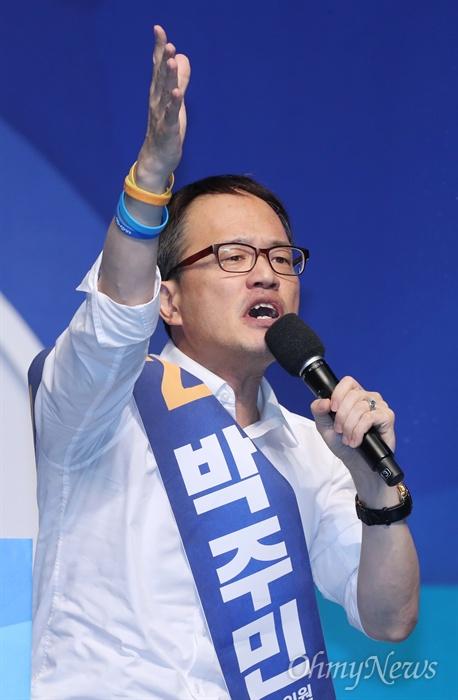 """""""힘없는 사람들의 편에 서 힘되겠다"""" 박주민의 다짐 25일 서울 올림픽공원 체조경기장에서 열린 더불어민주당 정기전국대의원대회에서 최고위원 선거에 나선 박주민 후보가 당원들을 향해 지지를 호소하고 있다."""