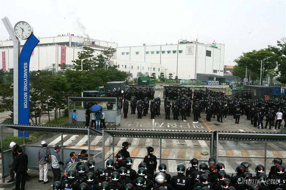 쌍용차 노동자 진압 나선 경찰들 2009년 7월 20일 오전 경기도 평택 쌍용자동차 공장에서 노동자들이 정리해고에 반대하며 점거농성을 벌이는 가운데, 방석망을 앞세운 경찰병력이 공장안에 투입되고 있다.